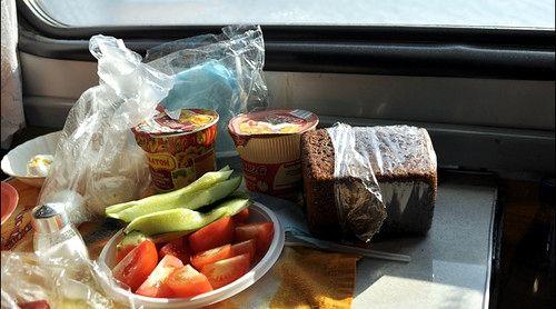 Какие продукты брать в поезд летом