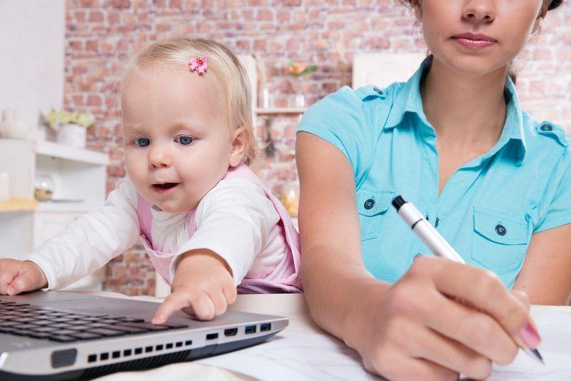 Какие выплаты положены при рождении первого ребенка